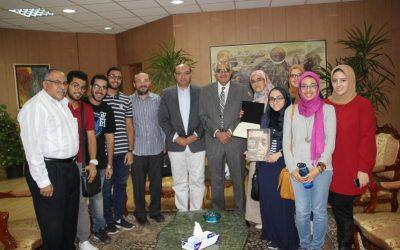 نائب رئيس جامعة المنصورة يكرم طلاب المجلة العلمية بكلية الطب