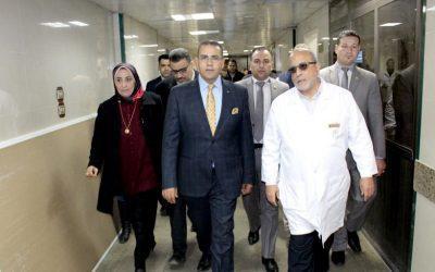 رئيس جامعة المنصورة يتفقد التجهيزات النهائية لجهاز العلاج الاشعاعى الجديد